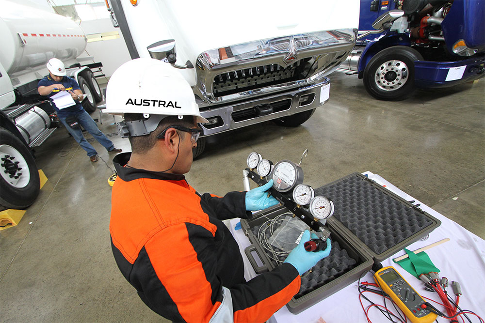 Reparación de buses y camiones International en taller Austral Cía. Ltda.